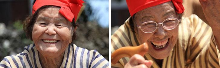 【画像3】(左)最高齢97歳の山城ハルさん。ゲートボールが趣味。島のはずれにあるゲートボール場まで歩いて通う。ある大会で準優勝したというツワモノだ。(右)山城ハルさんとともにセンターをはる92歳の目仲(めなか)トミさん。普段は杖が欠かせないが、ひとたび音楽が流れはじめると杖を放り投げて踊りだす、合唱団一のムードメーカー(写真撮影:西 秀一郎)