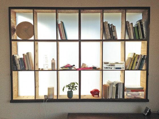 【画像3】棚をつくって出窓にはめ、隙間をスポンジで埋めたことで、収納を増やしつつ結露を防いだ。採光面を考え、背面板には乳白色のプラダン(プラスチック製のダンボール)を使用。制作時間約3時間(画像提供/ニッショー.jp)