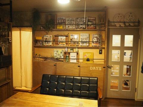【画像4】こちらはDIY上級者の作品。突っ張り柱を使って、ダイニングの壁面に本棚をつくった。下部分は有孔ボードを扉にして掃除道具などの収納に。制作時間約2時間(画像提供/ニッショー.jp)
