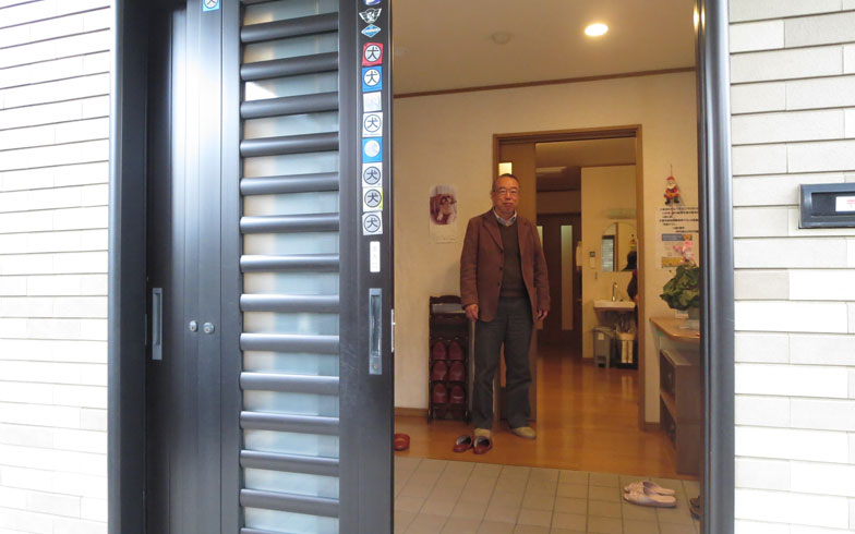 【画像2】玄関は3連引戸など、建物は車椅子にも対応したバリアフリー設計。事務局の中野さんが出迎えてくれた(写真撮影:藤井繁子)