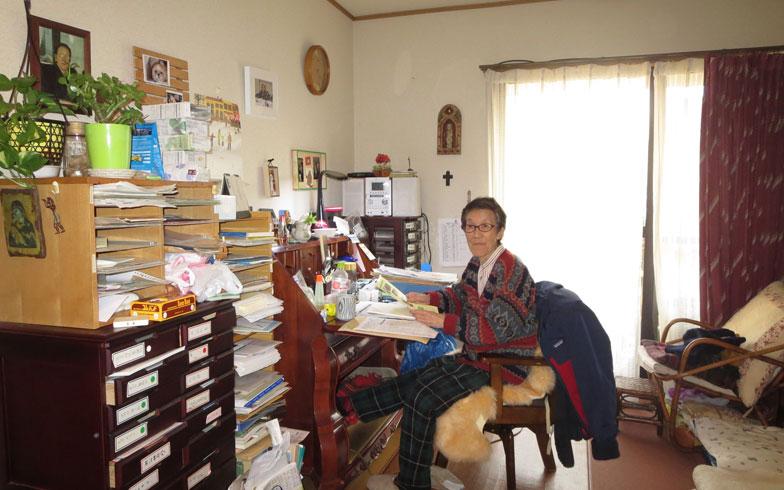 【画像6】25.06㎡のフローリング・ワンルーム、建物全館が床暖房。執筆活動もされる西條さんのデスク周りは書類の山(写真撮影:藤井繁子)