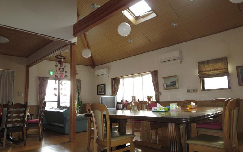 【画像10】山小屋をイメージしたという広い食堂には、ピアノやチェンバロがありサロンコンサートも催される(写真撮影:藤井繁子)