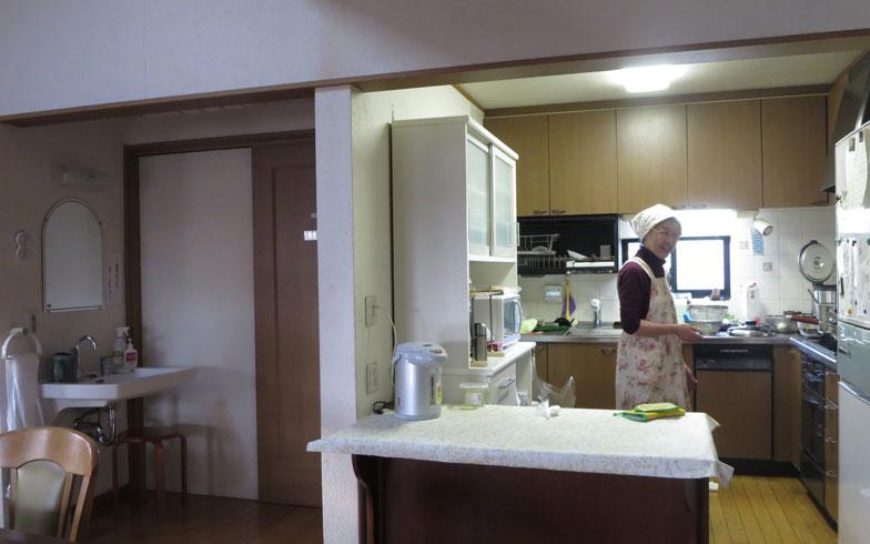 【画像11】食事づくりは外部委託(ワーカーズコープおりーぶ)。キッチンでは今晩のおかず、肉じゃがなど3品を調理中。栄養バランスの良い食事は健康の源(写真撮影:藤井繁子)