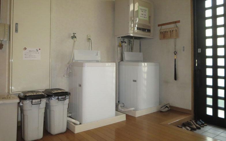 【画像13】共用の洗濯機2台を使って各自で洗濯。共用部の清掃以外のゴミ出しなどは入居者自身で行う(写真撮影:藤井繁子)