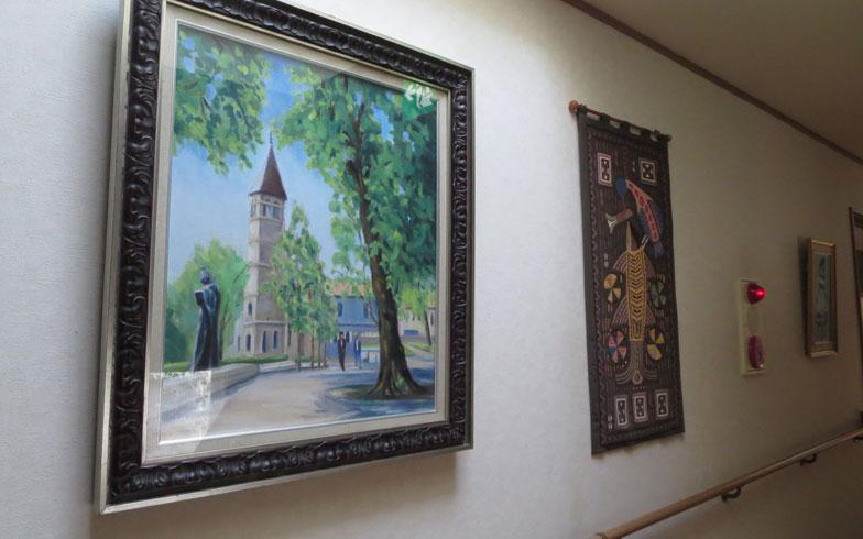 【画像15】入居者の方々が残された絵や作品が、あちこちに飾られている(写真撮影:藤井繁子)