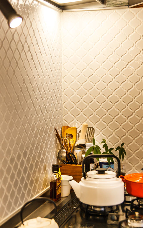 【画像6】キッチンの壁には自分で選んだモザイクタイルを張り、ぬくもりを演出。照明はスタイリッシュなスポットライトを採用した(写真撮影/難波明彦)