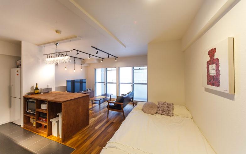 【画像7】ベッドとリビングを一つの空間にしたホテルのようなスタイル。壁とベッドカバーの色を統一したことで来客にも生活感を感じさせない(写真撮影/難波明彦)