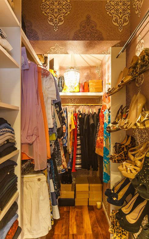 【画像8】WIC内部のコノ字型に収納スペースには掛ける収納、たたむ収納、見せる収納が混在。洋服を選ぶのが楽しく気分があがる(写真撮影/難波明彦)