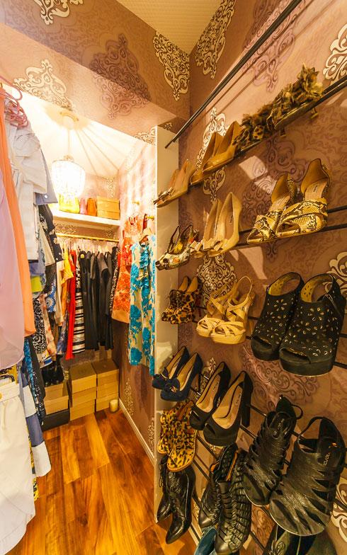 【画像9】SATCのキャリーと同じく靴にこだわりがあるTさん。洋服と靴が同じ空間にあるとコーディネートも考えやすい(写真撮影/難波明彦)