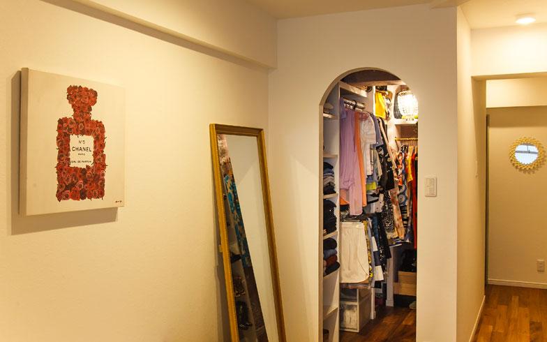 【画像10】WICの入り口前には姿見を設置し自分だけのセレクトショップの試着室のよう。ベッドコーナーとの動線も考慮(写真撮影/難波明彦)