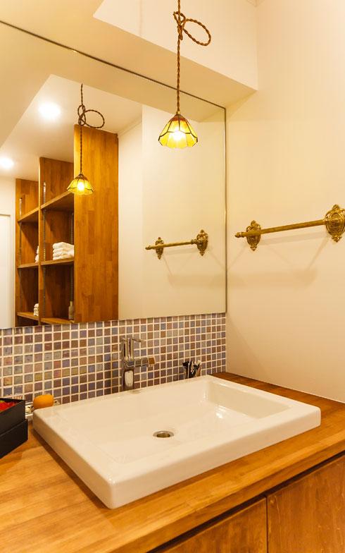 【画像11】自分仕様の洗面化粧台。タオルバーや照明がアンティークな趣。モザイクタイルがアクセントになっている(写真撮影/難波明彦)