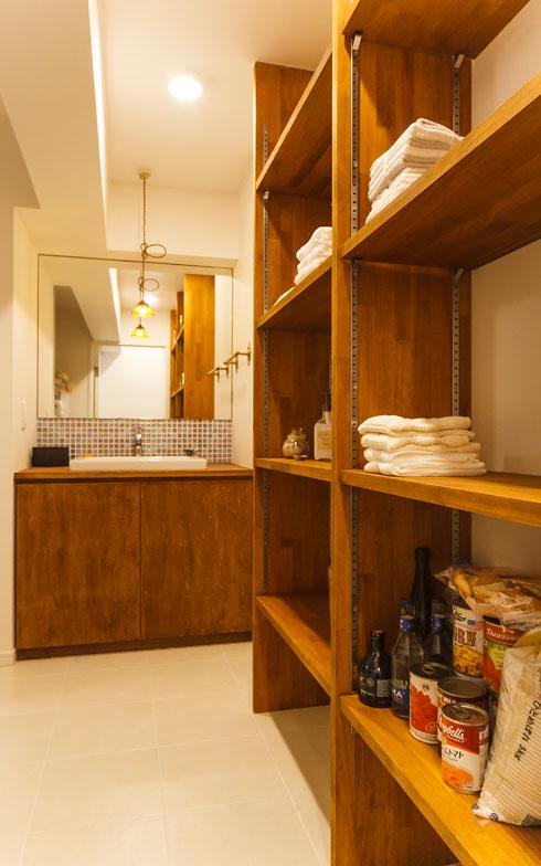 【画像12】洗面脱衣所の棚は、棚板の位置を細かく変更できる。これからバスケットを使って細かいものを整理する予定(写真撮影/難波明彦)