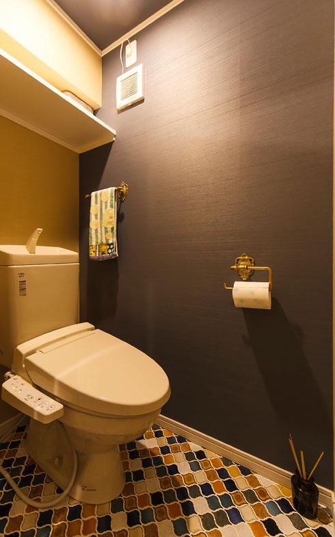 【画像13】トイレの床は、キッチンや洗面台にも使った名古屋モザイクタイルを施工。ペーパ―ホルダーやタオルバーはアイアン製を選んだ(写真撮影/難波明彦)