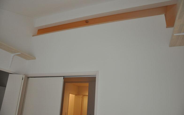 【画像1】ロフトとキャットウォークがある部屋。ぐるりとキャットウォークが囲んでいるので、猫は思う存分、駆け巡れそう(写真撮影:嘉屋恭子)