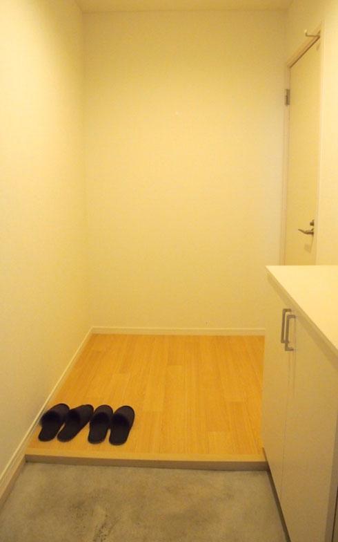 【画像3】ゆったりとしたつくりの玄関。猫脱走防止用の内扉があるので、猫が外に出ることはない。玄関側から施錠できる(写真提供:Gatos Apartment)