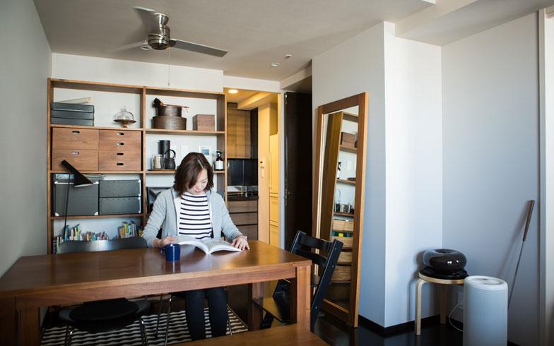 【画像1】木の家具で統一感のあるダイニング。ダイニングテーブルは部屋の広さに合わせてサイズをオーダーしました。右側の大きな鏡は部屋に視覚的な広がりを生んでくれます(写真:片山貴博)