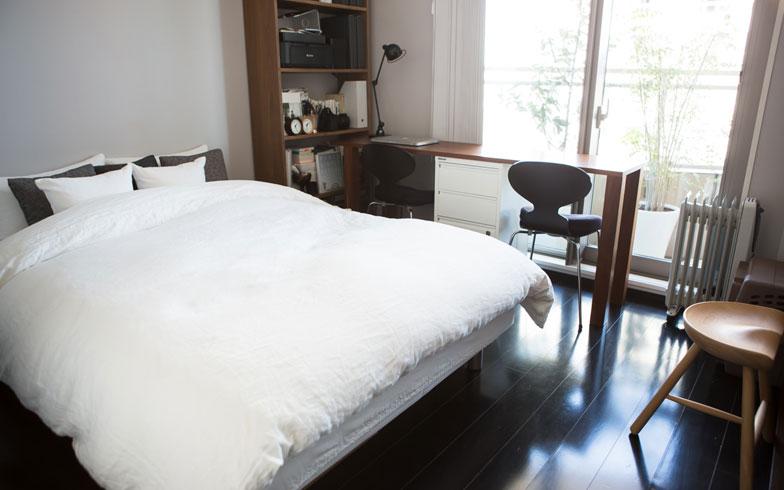 【画像3】ダブルベッド、2人用デスク、書棚、ドレッサー兼チェストが置かれた寝室。家具は多いのに、色数を抑えているのですっきり見えます(写真:片山貴博)