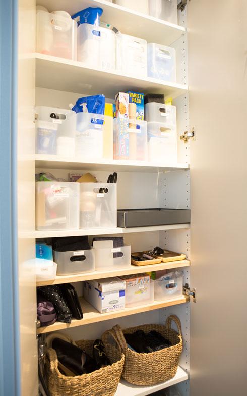 【画像4】玄関収納の一部を洗剤等のストック置き場として活用。ストックはここに入るだけと決めて1カ所にまとめているので、在庫管理がしやすいそう。買い忘れや買い過ぎを防いでくれます(写真:片山貴博)