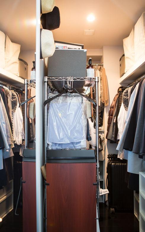 【画像5】約2畳のウォークインクローゼットは、衣類のほか季節家電などもしまいます。通路スペースに可動式のキャスター付きラックを置くことで、かなりの収納力を発揮(写真:片山貴博)
