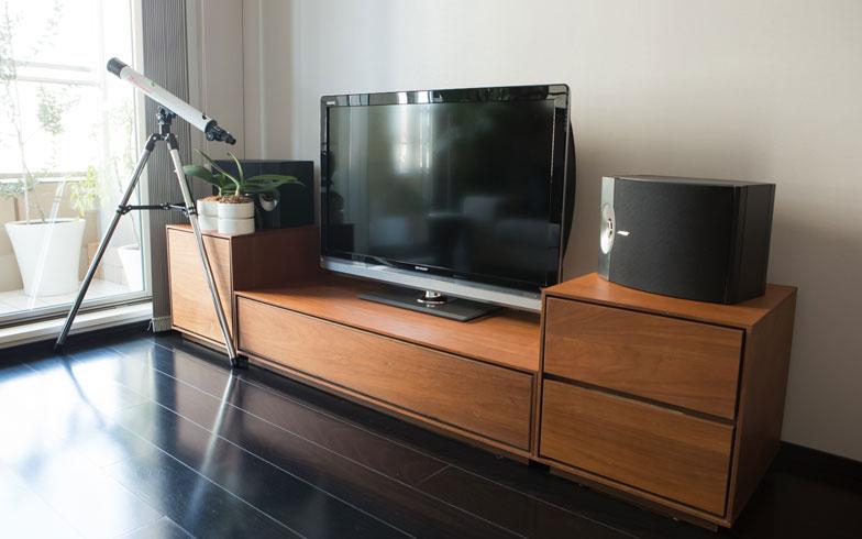 【画像6】さいとう邸のフォーカルポイントであるテレビコーナー。美しい空間を保つよう、機器や配線を隠せるテレビボードを選択しました。扉はガラスに突き板を張ったもので、リモコン透過性があります(写真:片山貴博)