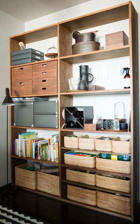 【画像8】無印良品のオープンシェルフを置き、リビング・ダイニングで使う物や食器類、お子さんのおもちゃ、絵本等を収納しています(写真:片山貴博)