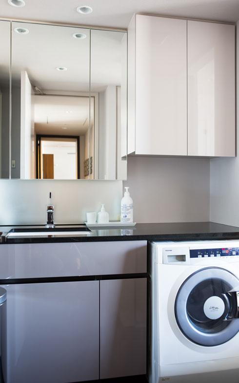 【画像11】洗面台でよく使う洗剤類は「見せる収納」で。出し入れの際のワンアクションが減らせます。出しっ放しだから見た目にうるさくない白いボトルで統一(写真:片山貴博)