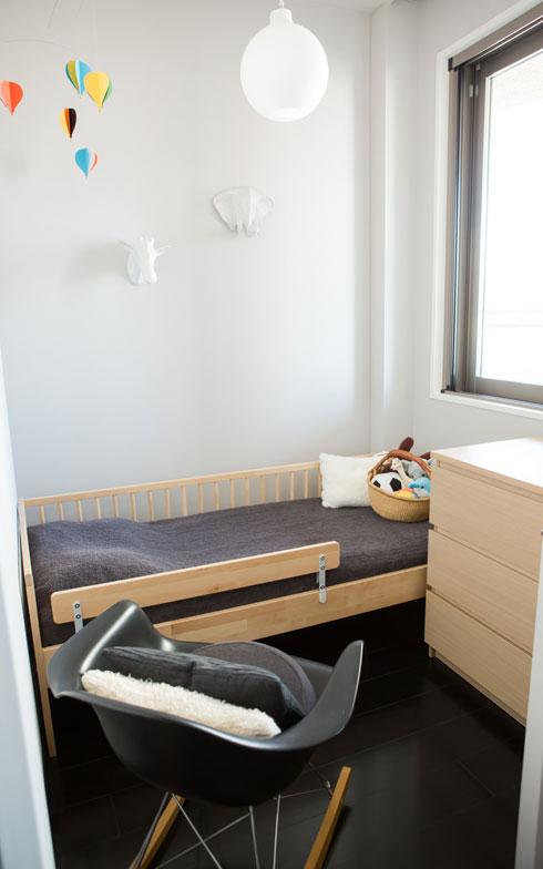 【画像13】3畳未満という小さな空間は3歳のお子さんの部屋。成長したら、リフォームで隣室との間仕切り壁をずらして部屋を広げる予定(写真:片山貴博)