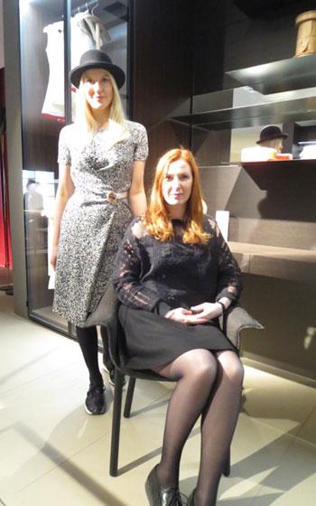 【画像10】フロントのソフィア・ラガークイスト(左)アンナ・リングレン(右)、porro社新作のチェアーに座ってくれた…椅子見えない!?(写真撮影/藤井繁子)