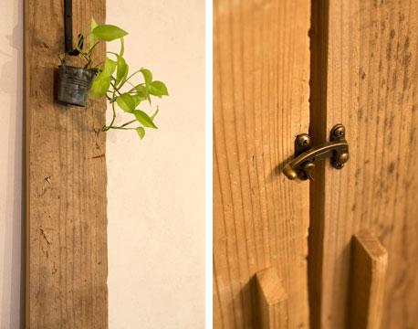 【画像3】残った足場材をインテリアに使ったり(左)雰囲気のある扉ラッチ(右)もKさん自身がDIY。爪も研ぎ放題?(画像提供:ミサワホームイング)
