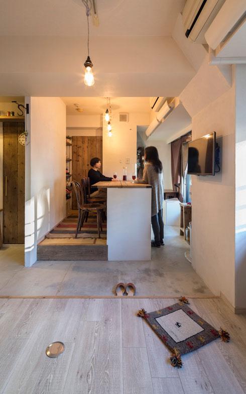 【画像4】お料理をふるまわれる機会が多いKさん。床の高低差でお客様との目線が丁度良いレベル、お店のよう!(画像提供:ミサワホームイング)