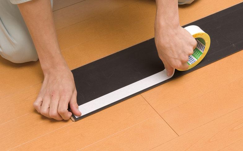 【画像9】現在の床を剥がすことなく、両面テープで上から貼れるリフォーム用フローリング材(ワンパークフロアスリム)もある(画像提供:大建工業)