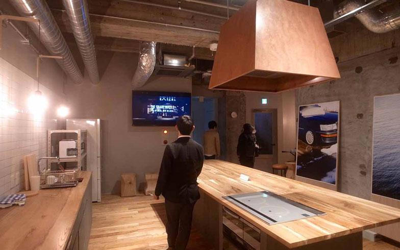 【画像5】シェアキッチン&ラウンジのテーブル天板、フローリングには富山県朝日町、尾山製材の「虫食いナラ材」を使っている(写真撮影:村島正彦)