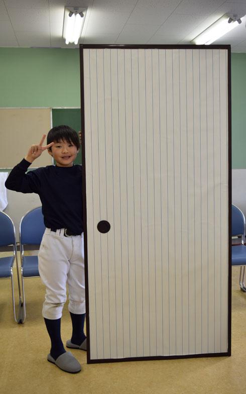 【画像2】レクチャーを受けながら、子どもと一緒におよそ10分で張り替え完了! ふすまを変えるだけで部屋の印象もガラリと変わるものだ(写真撮影/末吉陽子)