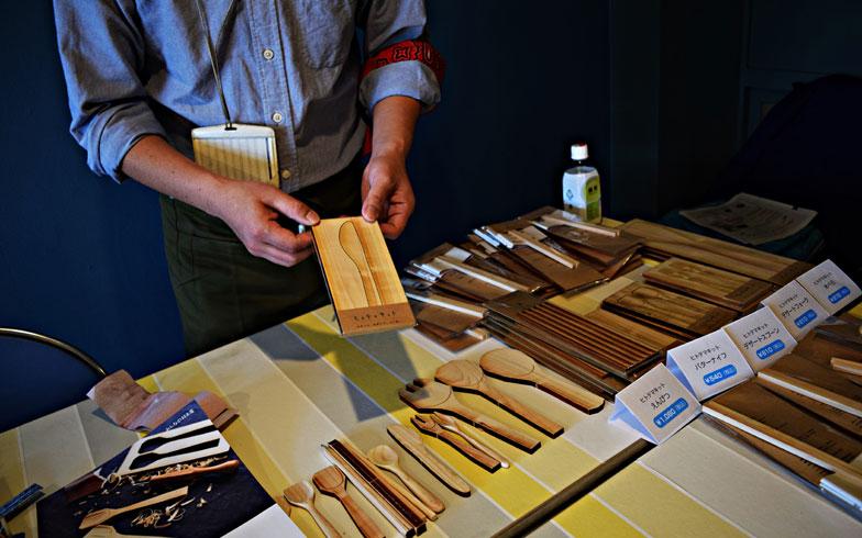 【画像8】ヒノキの間伐材を使用した「ヒトテマキット」は、その名の通り、自分の手でけずって磨くというひと手間をくわえてつくる木の食器。手づくりした物には、既製品に対するものとは違う愛着が湧くものだ(写真撮影/末吉陽子)