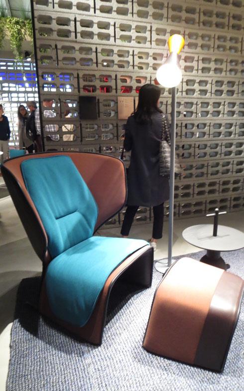 【画像6】Cassina社の会場ブースもデザインしたPatricia Urquiolaのアームチェア「Gender」、ターコイズブルー色バージョンが展示されていた。ピンク色など多色あり、