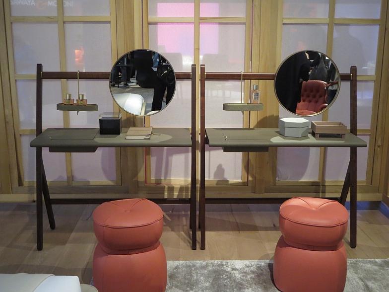 【画像11】こちらは女性向けのパーソナル・デスク、オーガニックでスマートな化粧台。「Ren」コレクション、Poltrona Frau社。皮のスツール「Lepli」のデザイナーは沖縄出身の大城健作氏(写真撮影/藤井繁子)