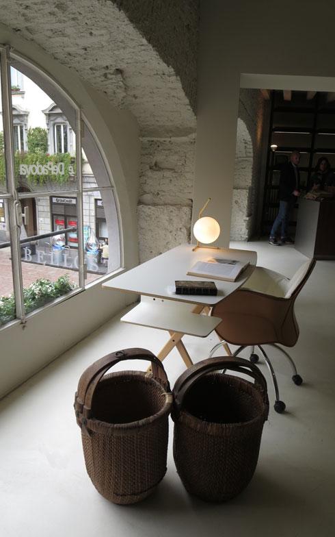 【画像12】Vico Magistretti氏の名作チェアー「Serbelloni」と組み合わされて窓辺に置かれたパーソナル・デスク「Scrittarello」(Castiglioni氏デザイン)。De Padova社ショールームにて(写真撮影/藤井繁子)