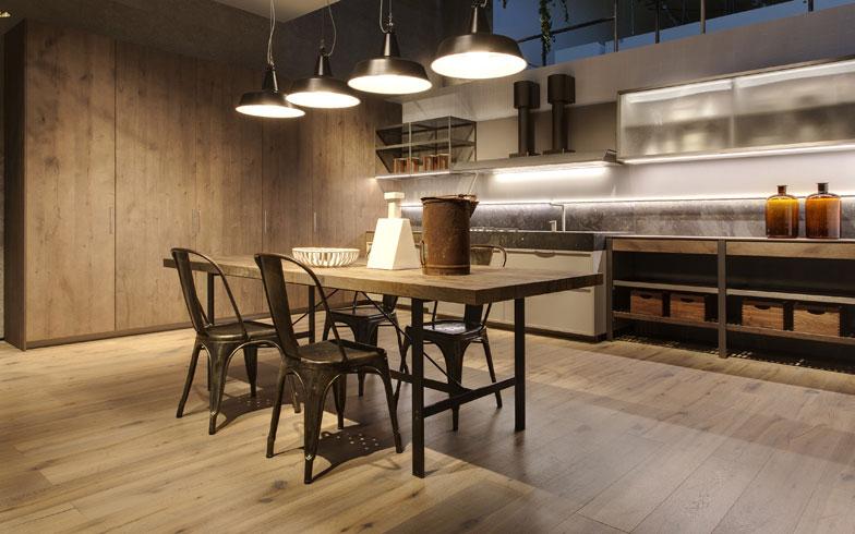 【画像13】チタニウム仕上げアルミニウムのキッチン構造やテーブル脚と、オーク材の引き出しやテーブル面との異素材の組合せ。オープンシェルフが懐かしさを醸し出す。Ernestomeda社(写真撮影/Ernestomeda)