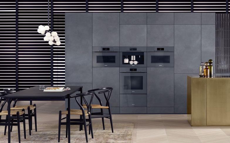 【画像17】キッチンメーカーのトレンド色であるグレーにマッチするよう、グラファイト・グレーをブラック、ホワイトに加えて発表した「ArtLine」。キッチン各社の新商品に早くも導入されていた(写真提供/Miele)