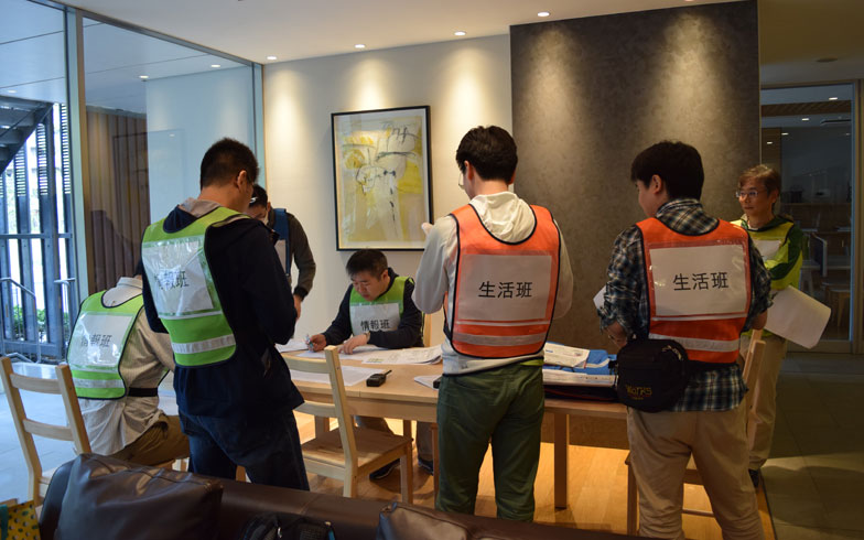 【画像2】マンションの防災理事を中心に、各戸を周りトランシーバーで安否情報を収集(写真撮影/末吉陽子)