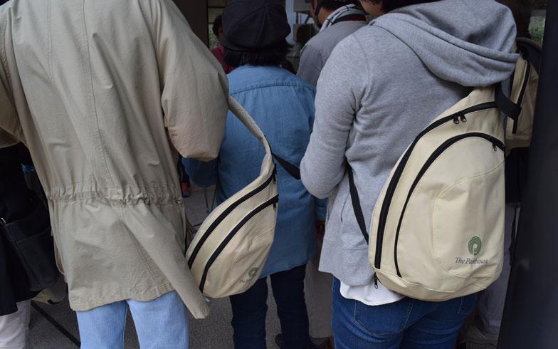 【画像4】居住者全員に配られているという防災バッグのなかには、「笛」「ウォータータンク」「手動のラジオ」「携帯の充電器」「簡易トイレ10回分」が入っている(写真撮影/末吉陽子)