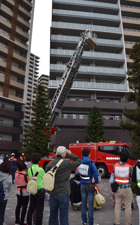 【画像5】続いて習志野市消防本部による、40m級はしご車を使用したデモンストレーションが行われた。「災害が起きたとき、我々がすぐに皆さんのもとに救助に来られるかどうかは分かりません。自分の身は自分で守るということを忘れないでください。そして訓練を