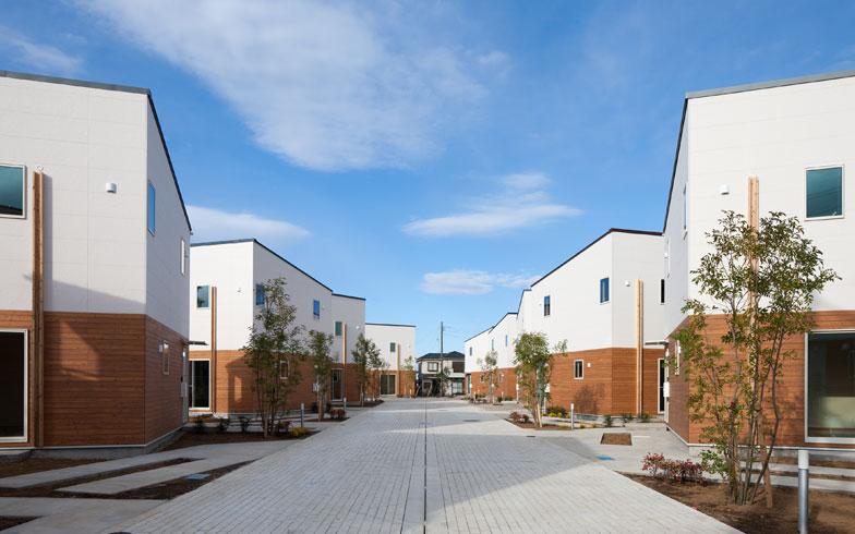 【画像1】美しい一戸建てが並ぶ「CUBE17」。少しずつ角度を変えて建物を配置することで、各住戸のプライバシーを確保しつつ、空間全体に躍動感を生み出している。また、敷地内にはシンボルツリーであるシマトネリコをはじめとする多彩な低木であふれ、地面いっぱいにクローバーが育つ予定だという (画像提供:株式会社コスモスイニシア)