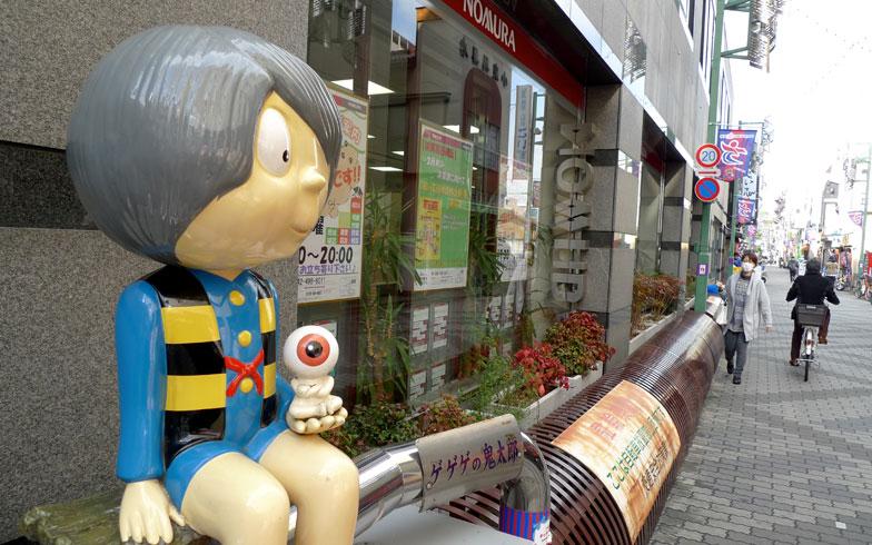 【画像1】調布市は、映画の街としてだけでなく、『ゲゲゲの鬼太郎』ゆかりの街としても有名。漫画家・故水木しげる氏が調布市在住であったことから、商店街には鬼太郎やねずみ男、ネコ娘などのオブジェが多数設置されている(写真撮影/次にくる住みたい街はここだっ!取材班)