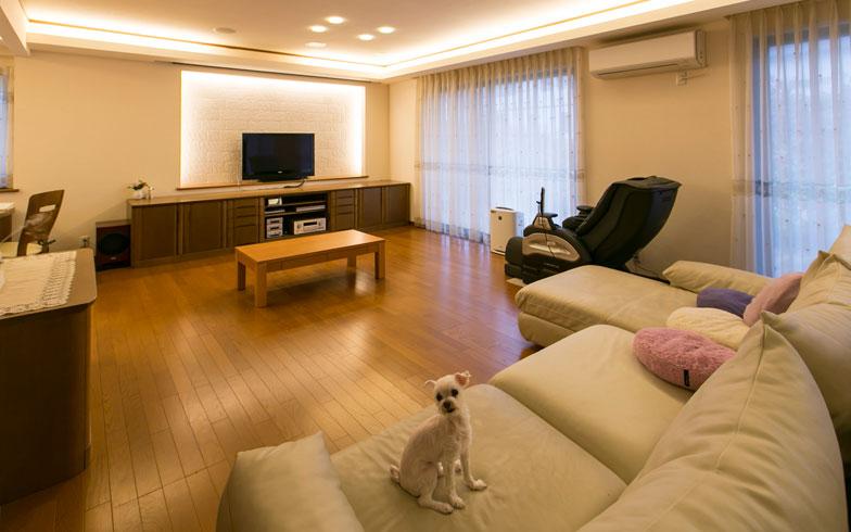 【画像2】大阪郊外に立つ佐原邸のリビング。10年ほど前に増築して4人家族がゆったりとくつろげる広さに。いつでも人を招くことのできるスッキリ空間です(写真撮影:トヨサキジュン)