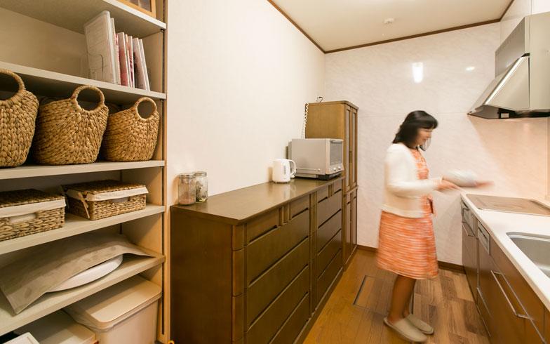 【画像3】キッチンの収納はオープン棚、引き出し、食器棚を使い分けて、出し入れしやすくしています(写真撮影:トヨサキジュン)