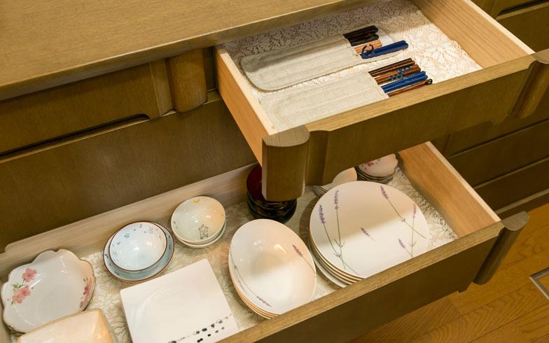 【画像4】物を厳選しているので、キッチンの引き出しは「2割~6割収納」。出し入れがしやすい状態です(写真撮影:トヨサキジュン)