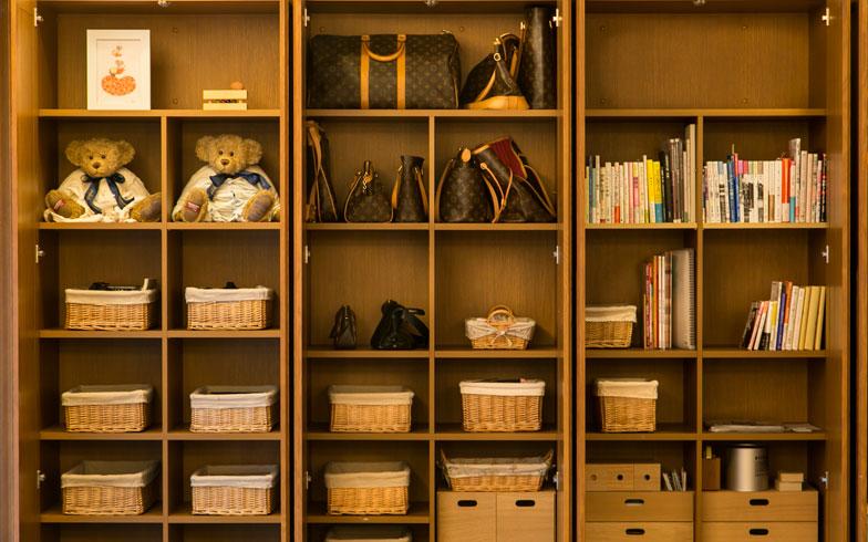 【画像5】書斎の壁一面に造り付けられた収納内部の様子。扉を開けても美しい状態です。見た感じではおおよそ「3~5割収納」といった余裕のあるしまい方です(写真撮影:トヨサキジュン)