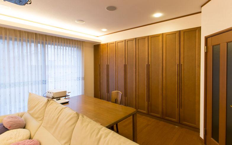 【画像6】画像5の扉を閉めた様子。リビングの片側を佐原さんの書斎とし、壁一面に大容量収納を造り付けました(写真撮影:トヨサキジュン)