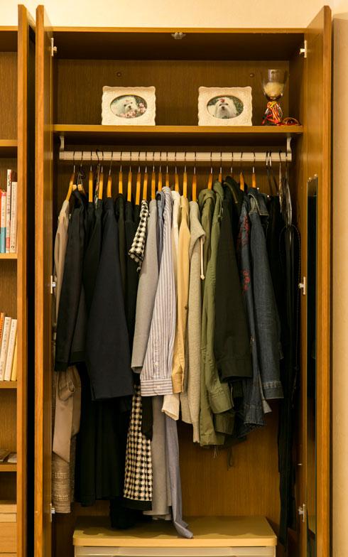 【画像7】佐原さんのクローゼット。「よく着る、シーズンものの洋服はすべてここに。2階の寝室ではなくリビングの一角にあるので、整理や着替えが楽です」と佐原さん(写真撮影:トヨサキジュン)